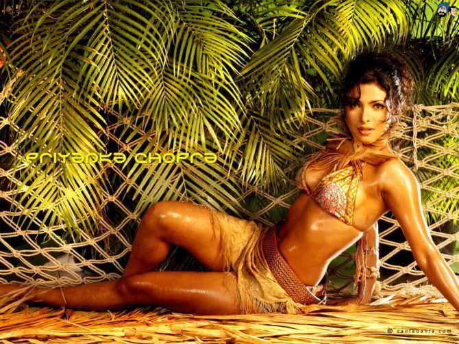 Приянка Чопра фото в купальнике с пальмами
