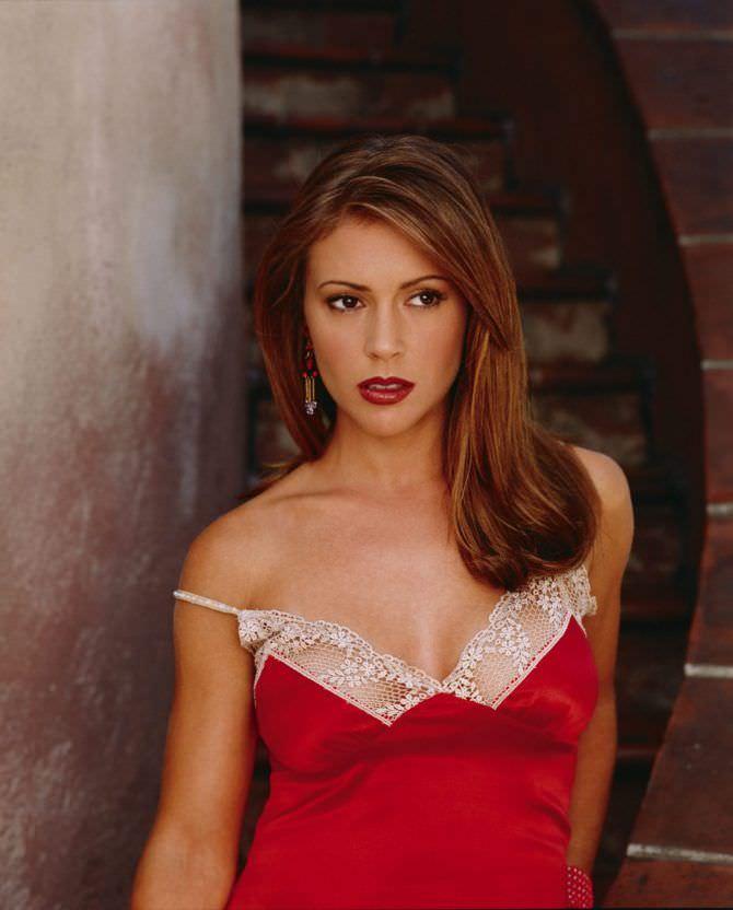 Алисса Милано фотов красном платье