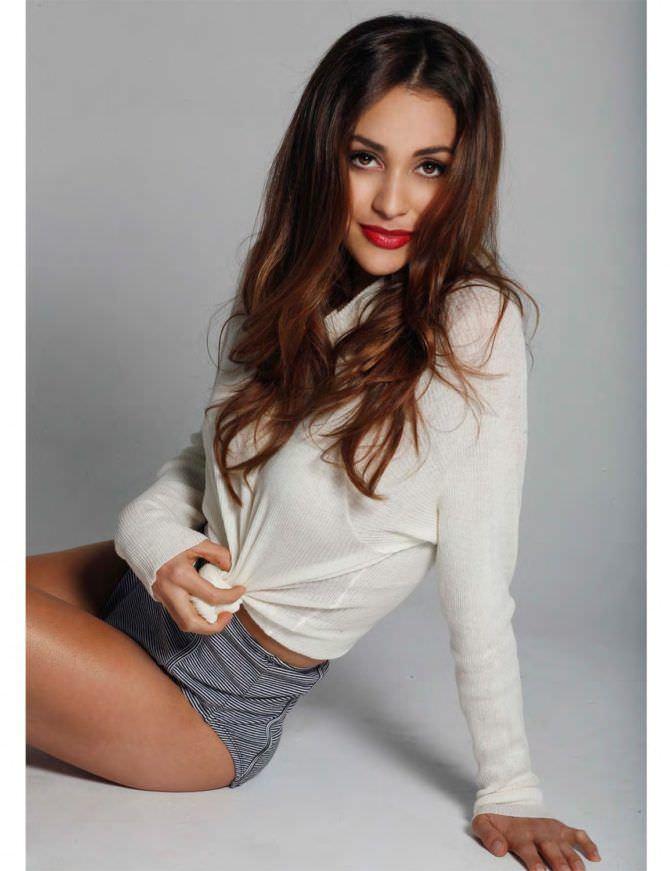 Линдси Морган фотография в серых шортах