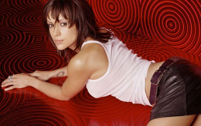 Алисса Милано фото в короткой юбке