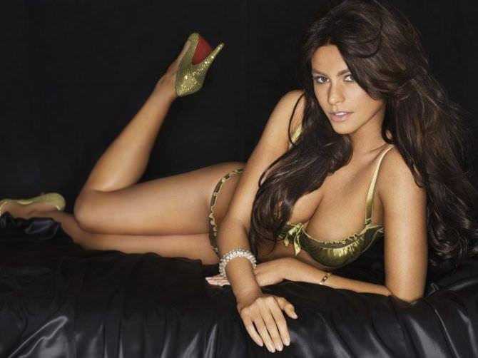 София Вергара фотография в золотом бикини