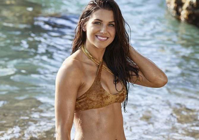 Алекс Морган фото в коричневом купальнике