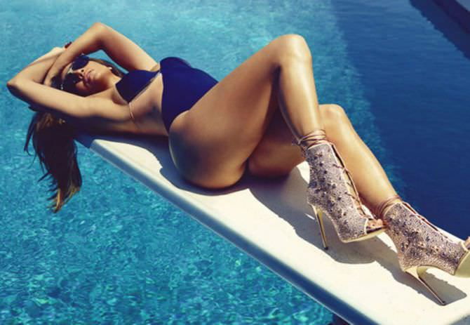 Дженнифер Лопес фото в купальнике и туфлях