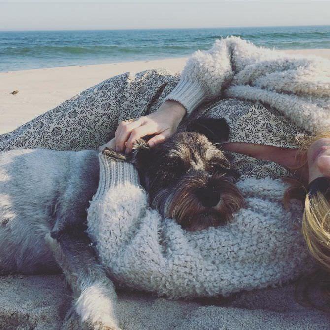 Келли Райлли фото на пляже с собакой