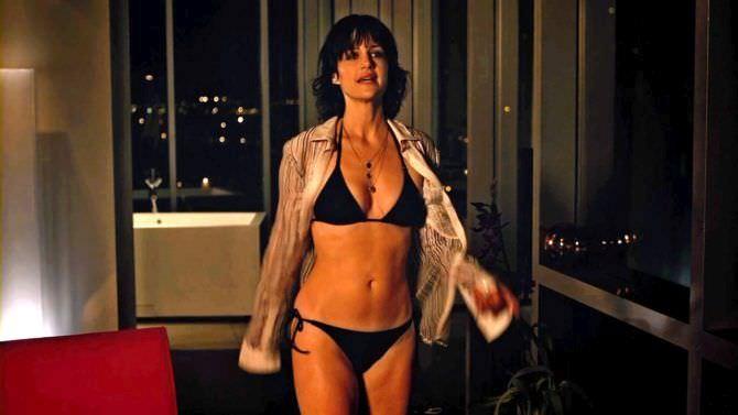 Карла Гуджино кадр из фильма в купальнике