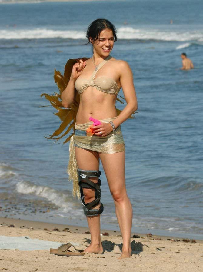 Мишель Родригес фотография на пляже