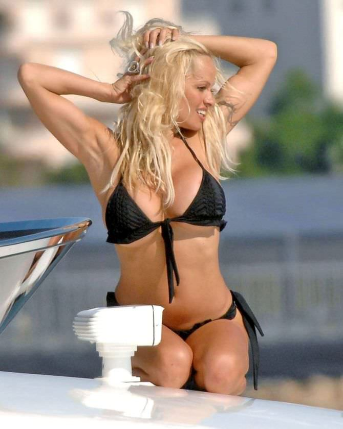 Памела Андерсон фото в чёрном бикини