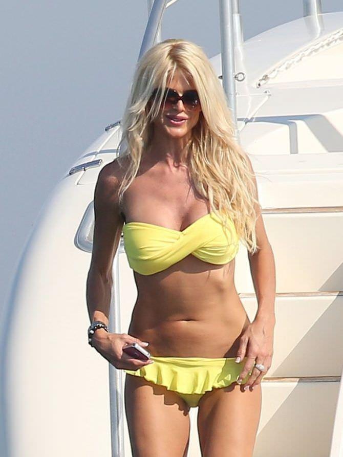 Виктория Сильвстедт фотография в жёлтом бикини