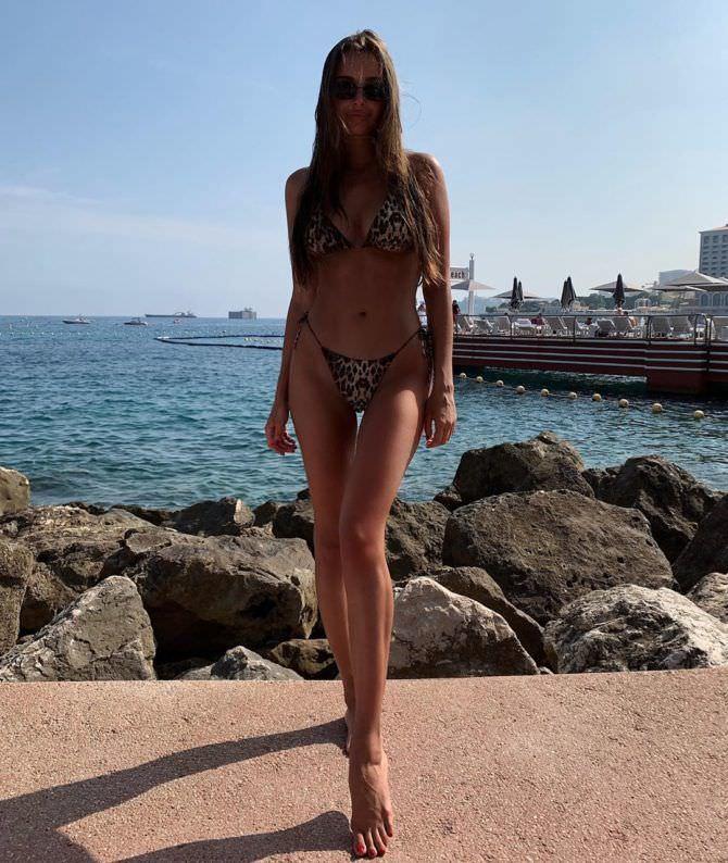 Каролина Севастьянова фото на пляже с камнями