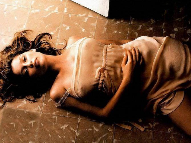Летиция Каста фото в платье на полу