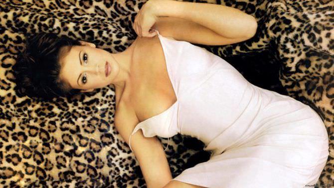 Алисса Милано фотография на леопардовом пледе