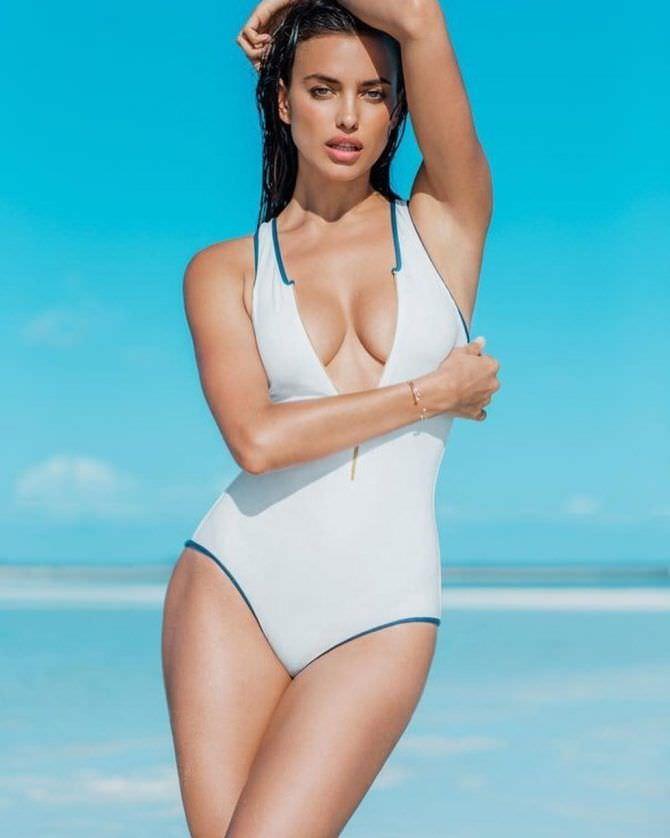 Ирина Шейк фотография в журнале в купальнике