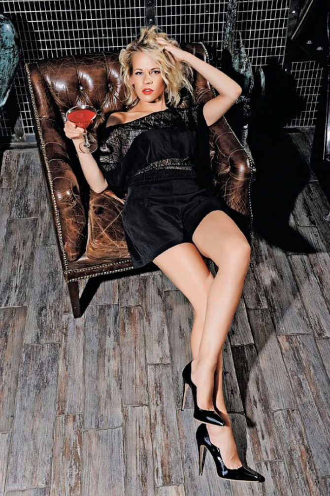Александра Ребенок фотография в вечернем наряде на кресле