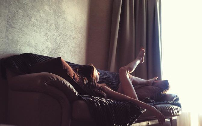 Анастасия Иванова фотография на диване