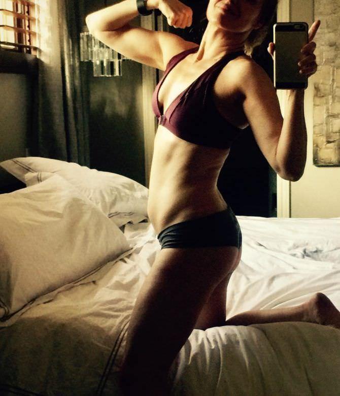 Дина Мейер фото в белье на кровати