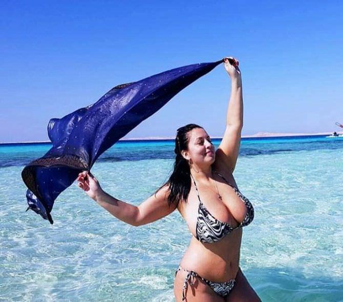 Рима Пенджиева фотография в бикини на пляже
