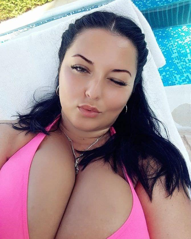 Рима Пенджиева фото в розовом купальнике