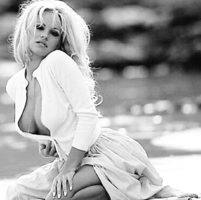 Памела Андерсон фото в белом платье в тинстаграм