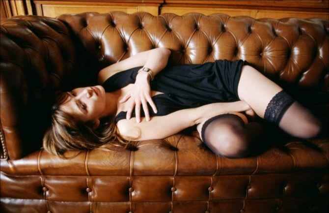 Софи Марсо фото в чулках на диване