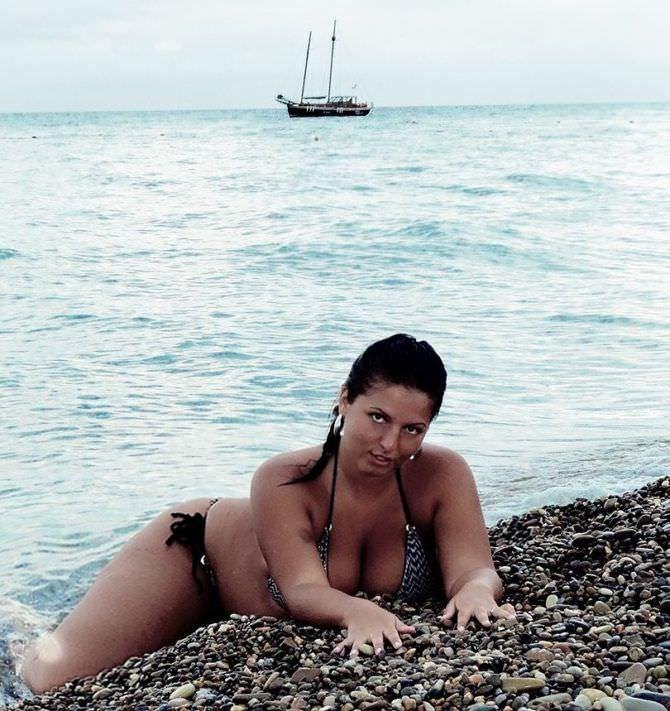 Рима Пенджиева фото на каменистом пляже