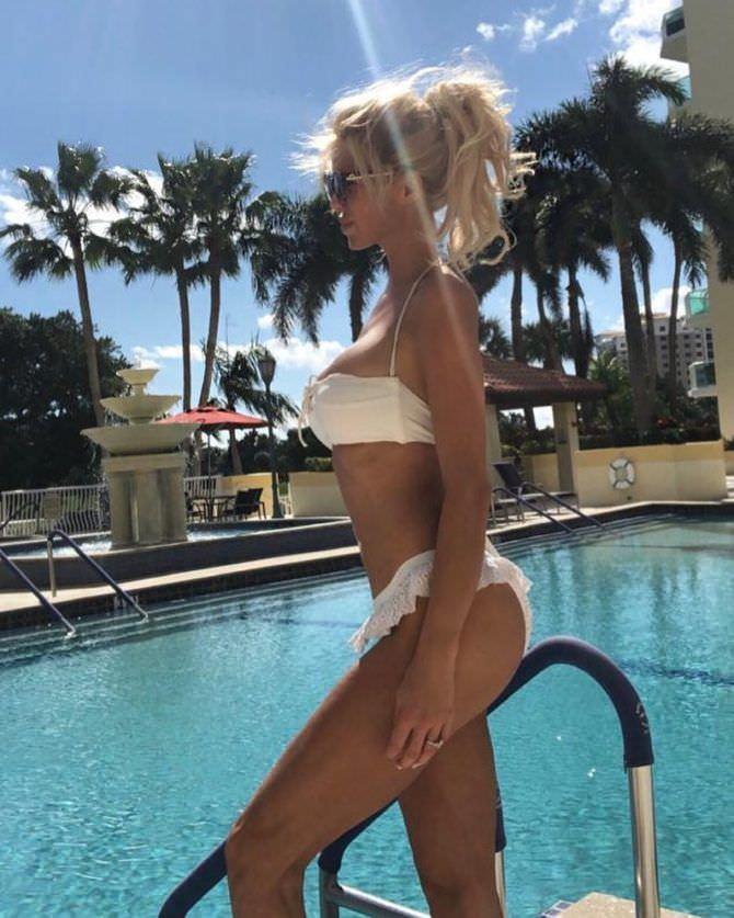 Виктория Сильвстедт фотография в бассейне