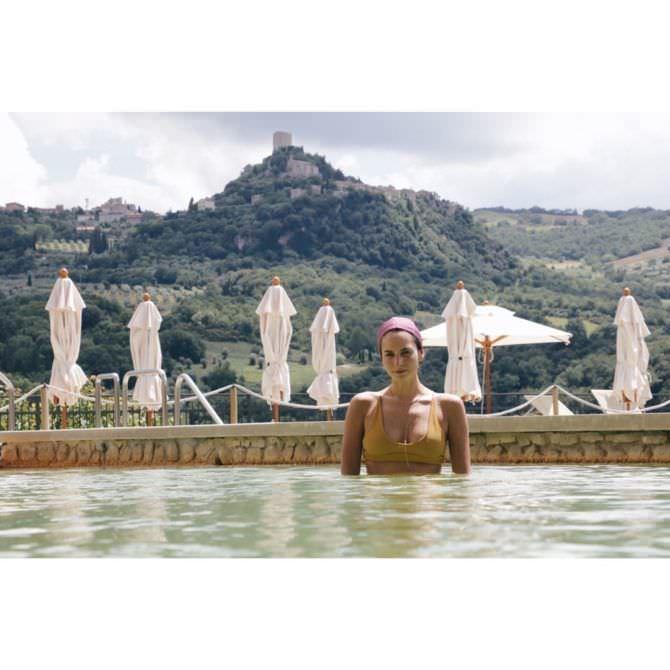 Дженезис Родригез фотография в бассейне