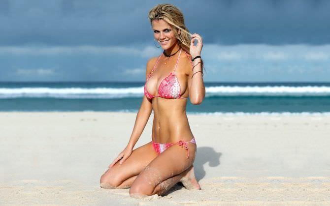 Бруклин Деккер фотография на пляже в бикини
