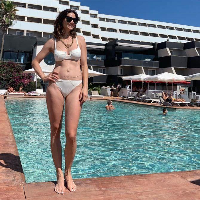 Мария Каран фото в купальнике у бассейна