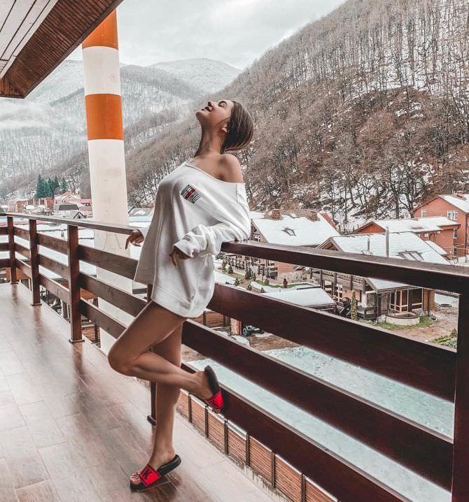 Василиса Даванкова фото в свитере и тапках
