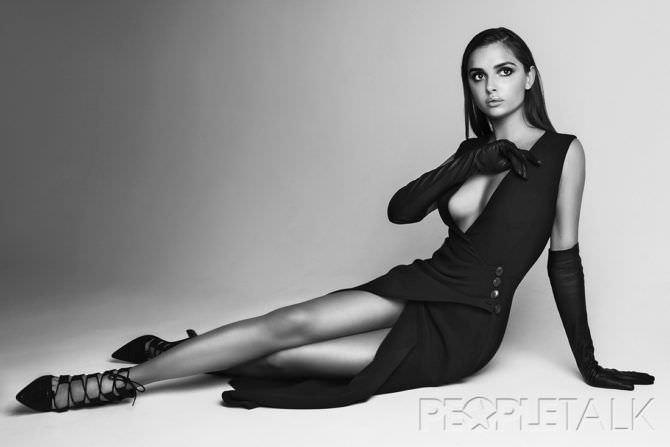 Каролина Севастьянова фото в платье с перчатками