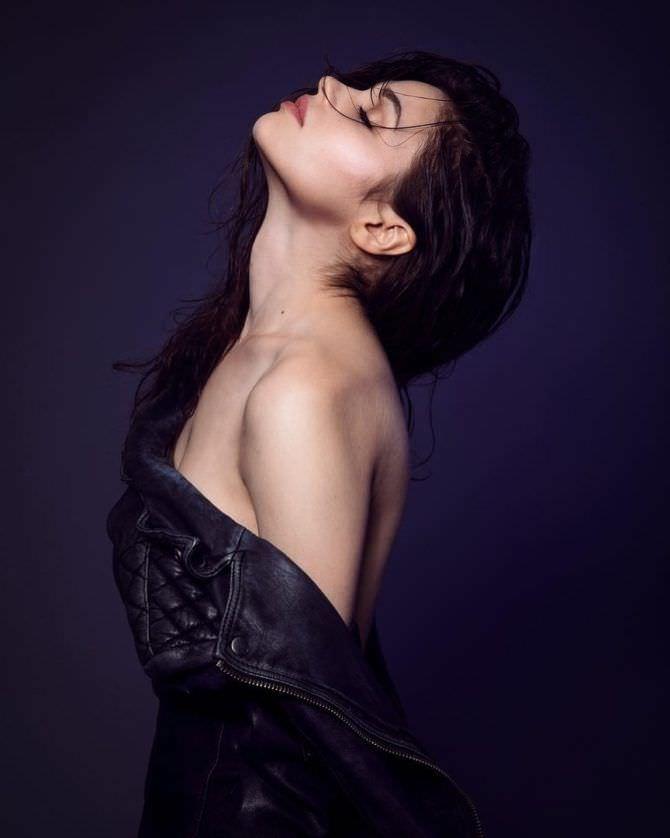 Индиа Айсли фотография в кожаной куртке