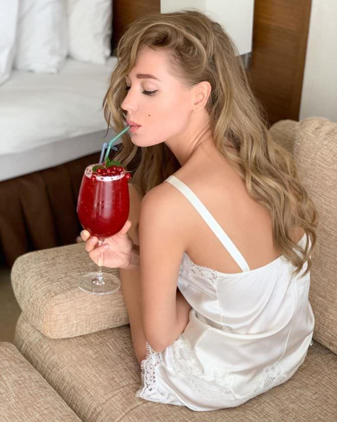 Кристина Асмус фото в пижаме с бокалом
