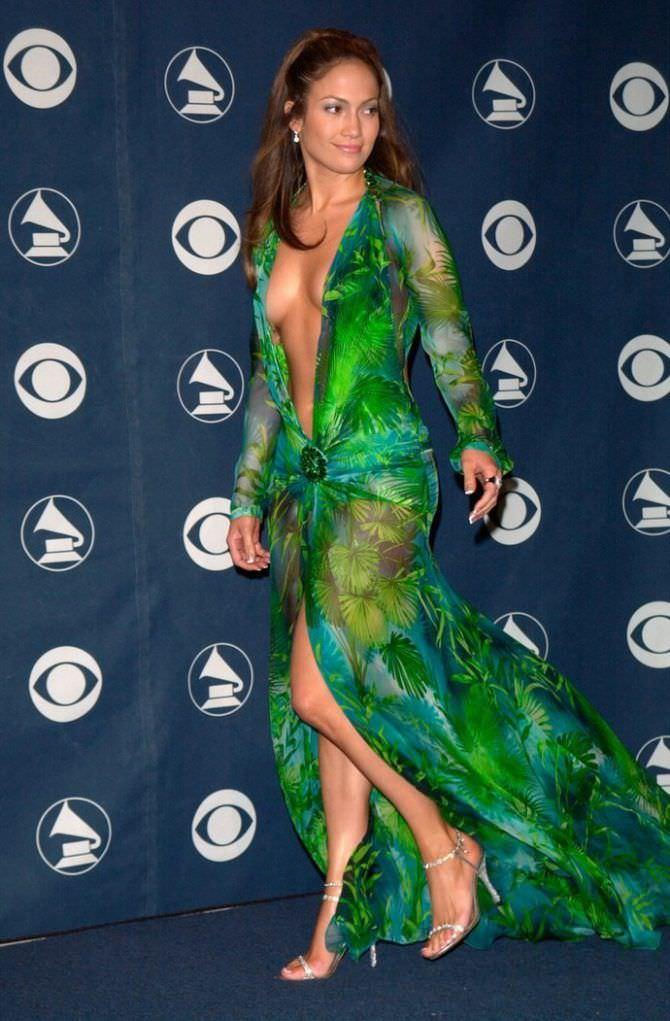 Дженнифер Лопес фотография в скандальном платье