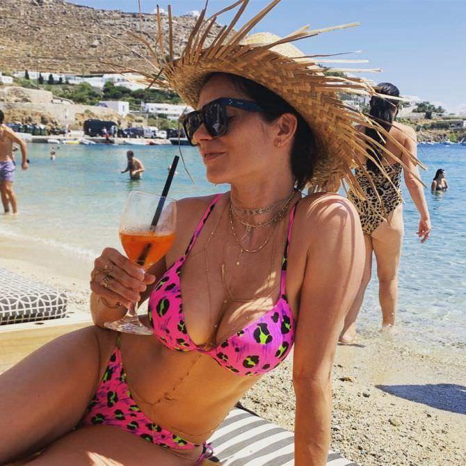 Мария Каран фото в розовом бикини
