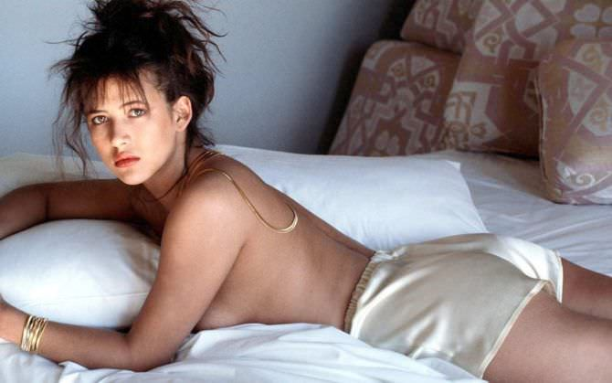 Софи Марсо фото в атласных шортах