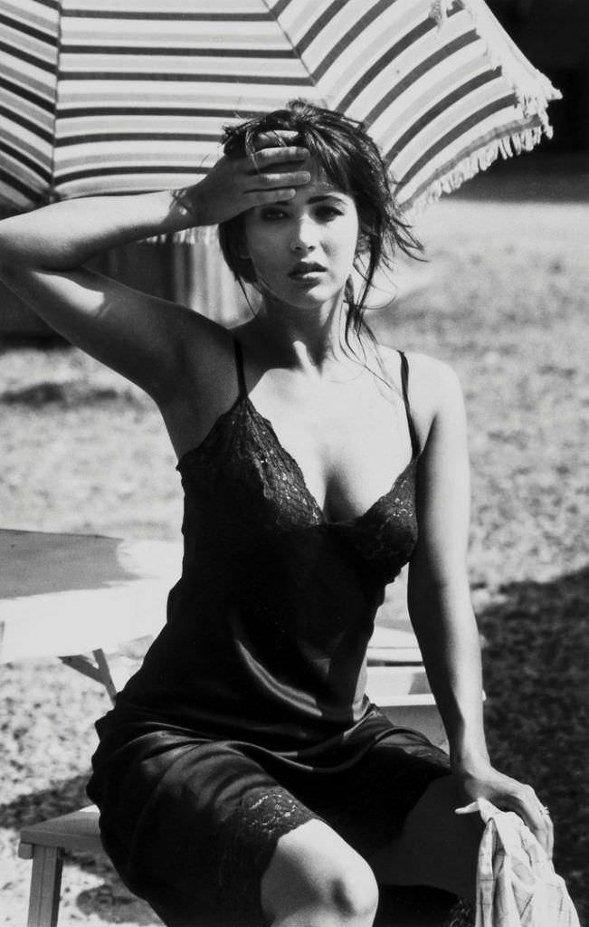 Софи Марсо чёрно-белое фото в сорочке
