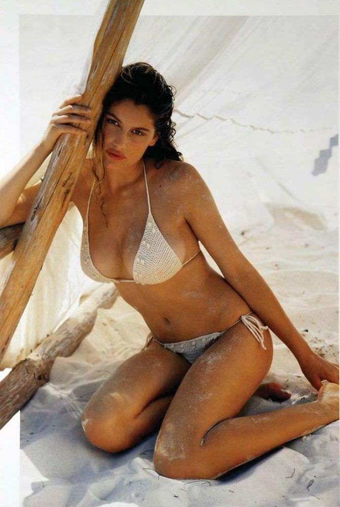 Летиция Каста фотография вбелом бикини
