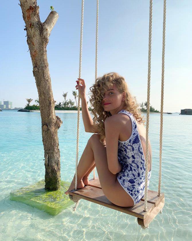 Кристина Асмус фотография на качелях на пляже