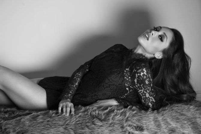 Линдси Морган чёрно-белое фото в боди