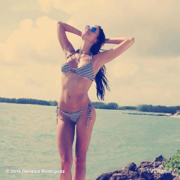 Дженезис Родригез фото в полосатом бикини