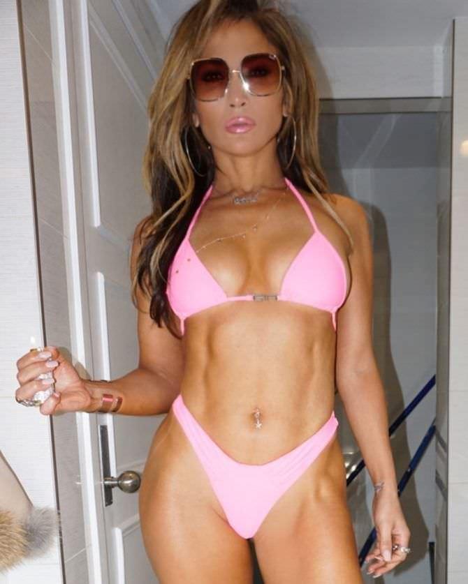 Дженнифер Лопес фото в розовом бикини