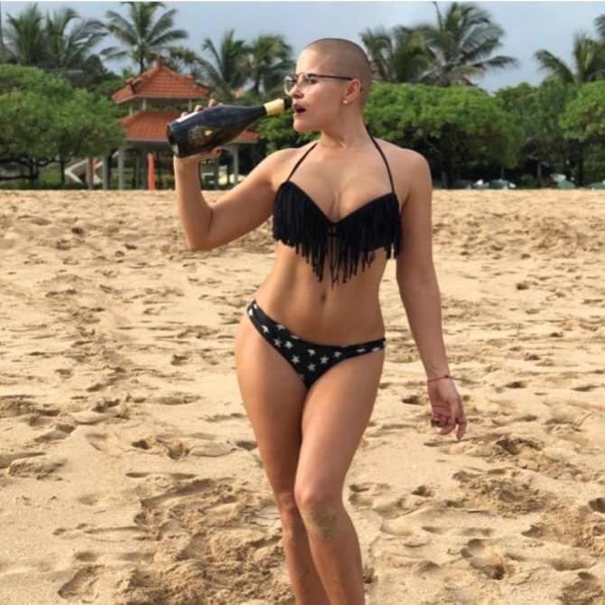 Марина Вовченко фото на пляже с бутылкой
