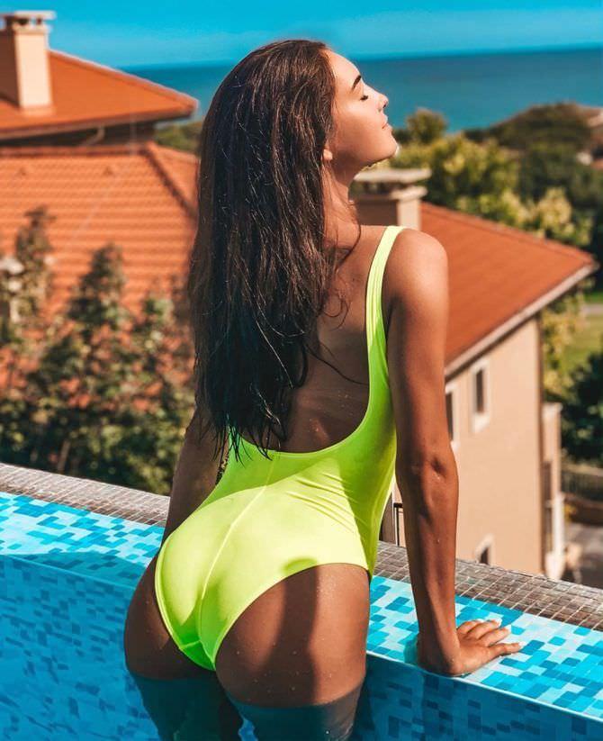 Василиса Даванкова фото в  ярком купальнике