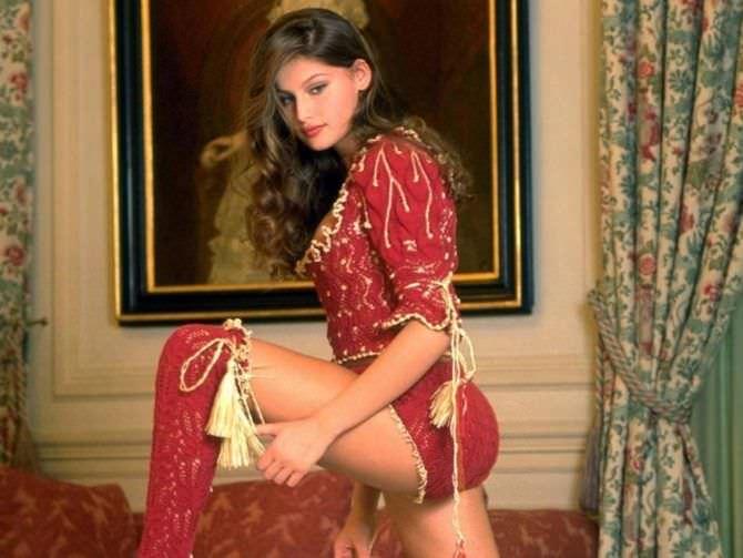 Летиция Каста фото в кружевном костюме