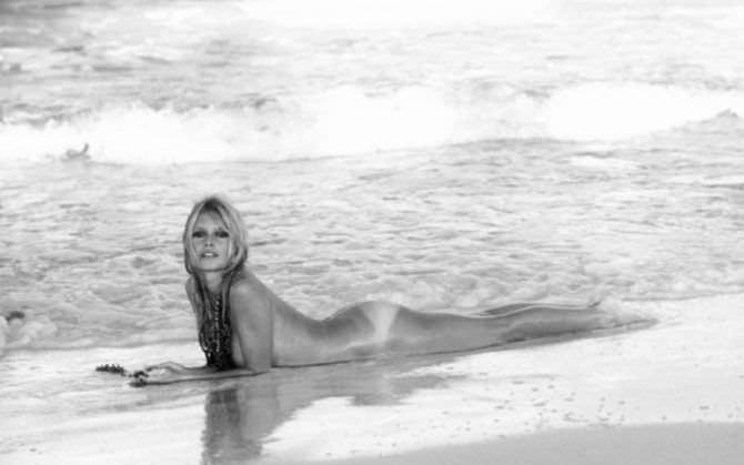 Памела Андерсон фото нв пляже у кромки