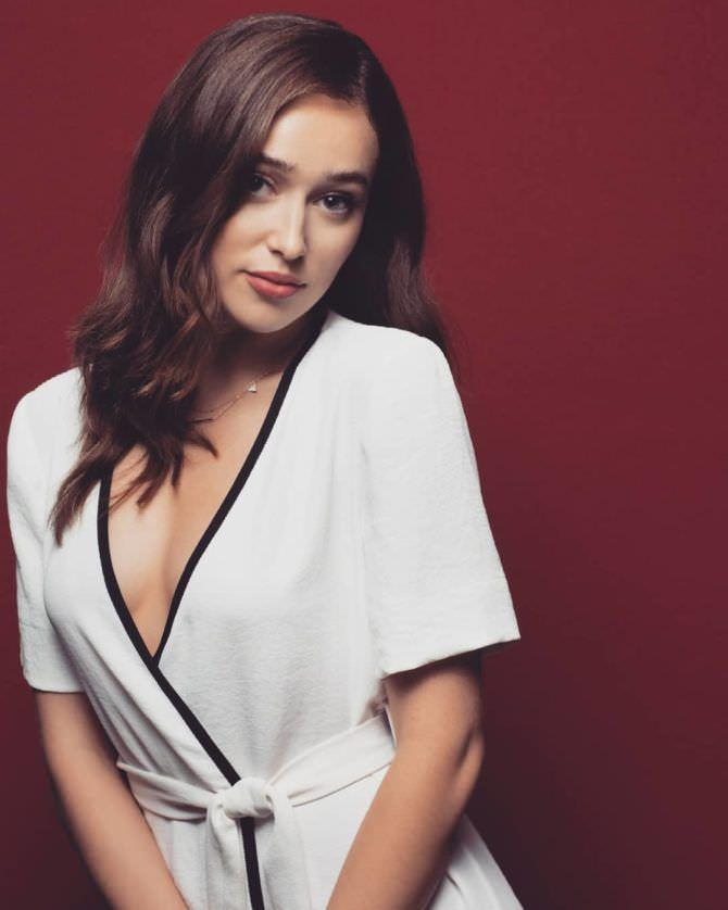 Алисия Дебнем-Кери фотосессия в белом платье