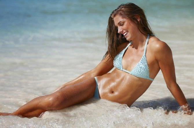 Алекс Морган фотография в голубом купальнике