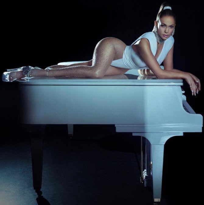 Дженнифер Лопес фото с белым роялем