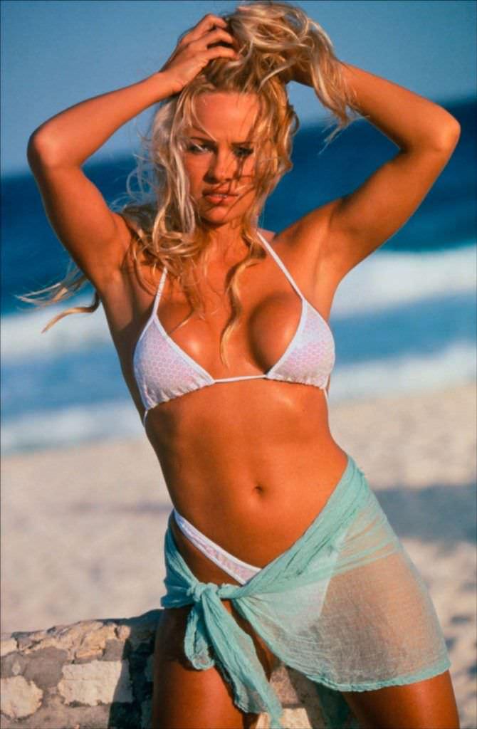 Памела Андерсон фотография на пляже в купальнике