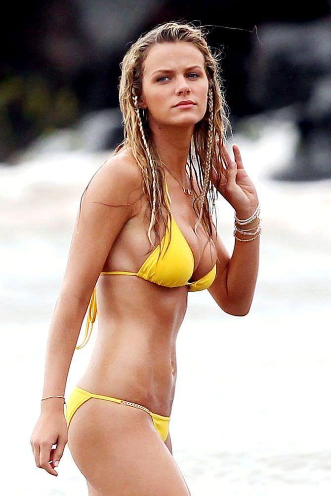 Бруклин Деккер фотография в жёлтом купальнике